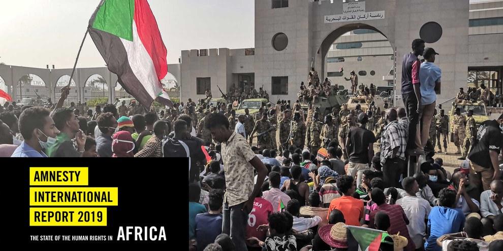 Sudanesische Soldaten stehen auf gepanzerten Militärfahrzeugen Wache, während die Demonstranten am 11. April 2019 in der Nähe des Armeehauptquartiers in der sudanesischen Hauptstadt Khartum ihre Kundgebung gegen das Regime fortsetzen. © AFP/Getty Images