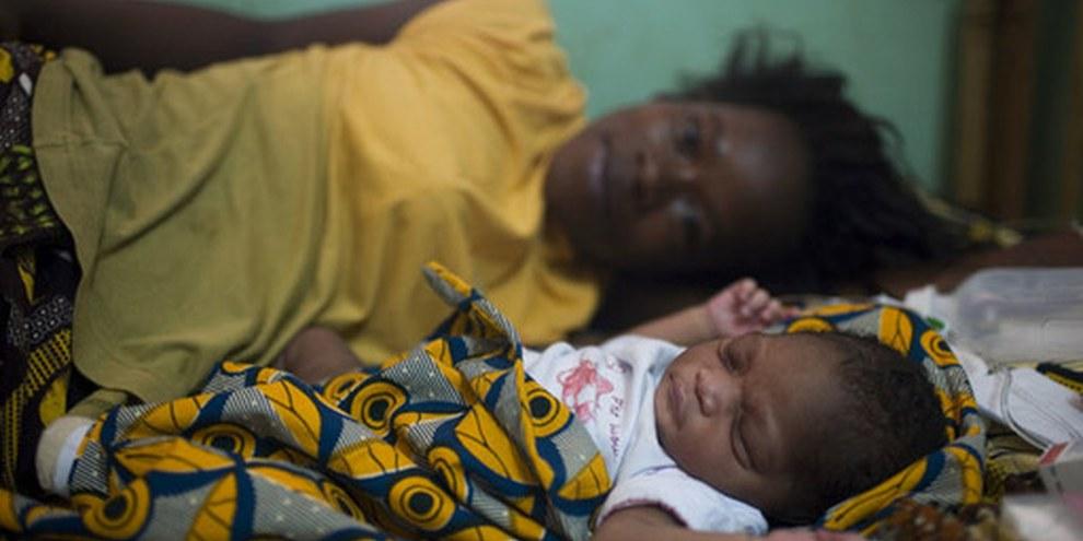 Rasmata mit ihrem neugeborenen Baby.  © Anna Kari