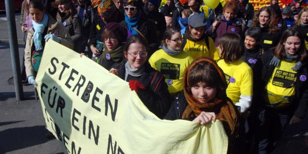 «Müttergesundheit ist ein Menschenrecht»: Amnesty-Block an der Frauendemonstration vom 13. März 2010 – das war stark! © Fabrice Praz