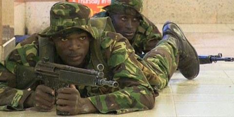 Kenianische Soldaten nach dem Angriff somalischer Islamisten im Westgate-Einkaufszentrum in Nairobi. © Nichole Sobecki/AFP/Getty Images