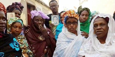 Maïmouna Sy (rechts) mit Mitgliedern des mauretanischen Witwen-Verbands: An einer friedlichen Feier in Nouakchott gedenken sie ihrer getöteten Verwandten und verlangen Gerechtigkeit. © Yëro Gaynääko