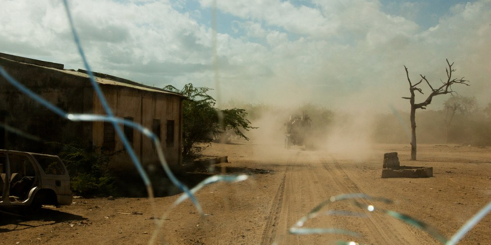 Blick durch die Windschutzscheibe eines gepanzerten Mannschaftswagens während einer AMISOM-Routinepatrouille in der Stadt Qoryooley, Region Lower Shabelle, Somalia, am 29. April 2014. © Privat