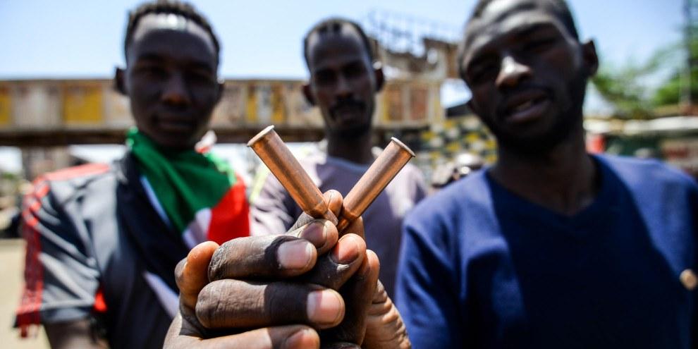 Sudanesische Männer zeigen Patronenhülsen bei Protesten vor dem Armeehauptquartier in der Hauptstadt Khartum am 14. Mai 2019. © AFP/Getty Images