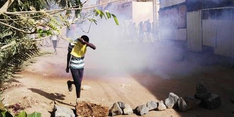 Ein sudanesischer Demonstrant schütz sein Gesicht vor dem Tränengas während einer Anti-Regierungsdemonstration in der sudanesischen Hauptstadt Khartum am 24. Februar 2019. © STRINGER/AFP/Getty Images