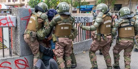 Polizisten verhaften einen Demonstranten in Santiago de Chile, 19. Oktober 2019. © abriendomundo / shutterstock.com