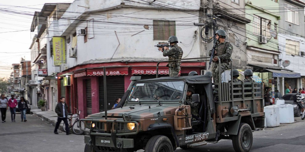 Brasilianische Marinesoldaten beim Verlassen der Favela Mare.  © AFP/Getty Images