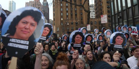 Demonstration in New York mit der Forderung, endlich Gerechtigkeit für Berta Cáceres herzustellen. © Amnesty International