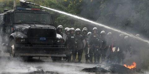 Polizeieinsatz der Spezialeinheit COBRA beendet eine Kundgebung zugunsten des Oppositionskandidats Salvador Nasralla in Tegucigalpa am 7. Dezember 2017. ©  Orlando Sierra / AFP / Getty Images
