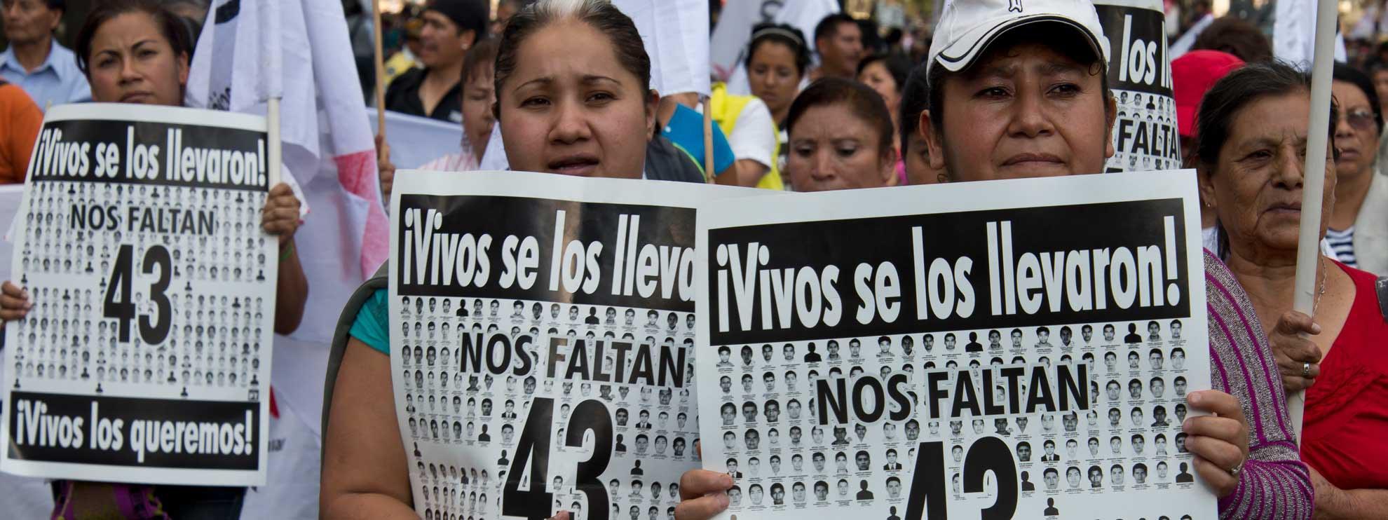 Angehörige der 43 vermissten Schüler aus Ayotzinapa nehmen an einem Marsch teil, der an ihr Verschwinden erinnert. © Amnesty International