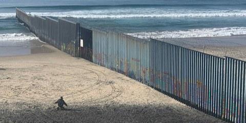 Die Grenze zwischen Mexiko und den USA wird für Asylsuchende immer unüberwindbarer. © Alli Jarrar/ Amnesty International
