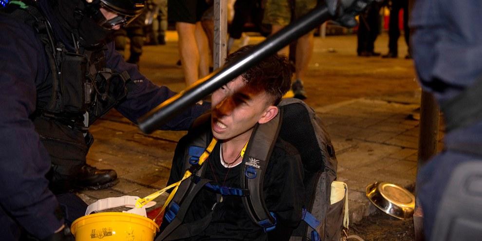 Die Polizei geht mit äusserster Brutalität gegen Protestierende vor. Verhaftung eines Demonstranten im August 2019. ©  Rumbo a lo desconocido / shutterstock