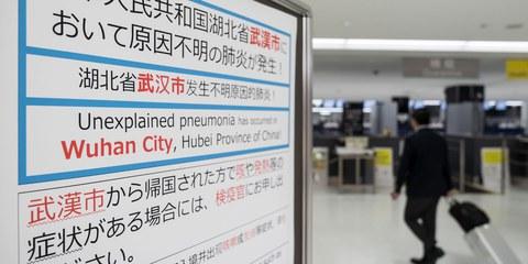 Infotafel für Passagiere am japanischen Flughafen Narita, die Chinareisende vor dem Coronavirus warnt. © Getty Images