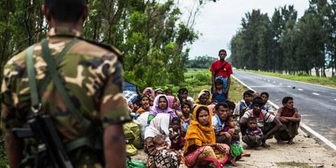 Rohingya-Flüchtlinge an einem Strassenrand in Bangladesh, 28. September 2017 © Andrew Stanbridge / Amnesty International