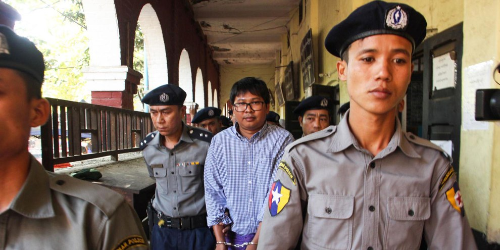 Reuters Journalist Wa Lone bei seiner Verhaftung durch die myanmarische Polizei. © VOA Burmese