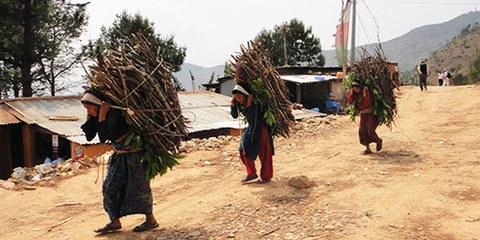 Frauen in Nepal leisten häufig auch kurz vor und nach einer Geburt körperliche Schwerstarbeit. © AI