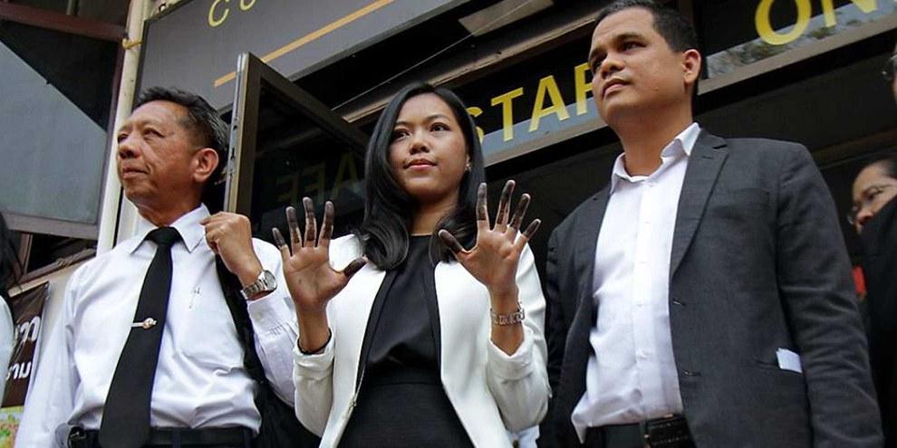Mitte: Die Menschenrechtsanwältin Sirikan Charoensiri (June) © Banrasdr