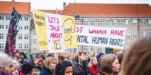 Am 25. November 2018 protestierten in Kopenhagen Frauen und Mädchen über die Definition von Vergewaltigung im Strafgesetz. © Jonas Persson