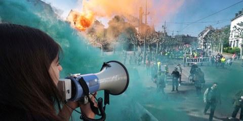 Demonstrieren im Rauch: Kundgebung zum 1. Mai 2019 in Strassburg. © Patrick Hertzog/AFP via Getty Images