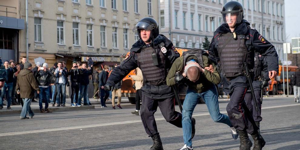 Polizeibeamte nehmen einen Demonstranten während einer Anti-Korruptionskundgebung fest. © ALEXANDER UTKIN/AFP/Getty Images