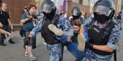 Ein friedlicher Demonstrant wird am 27. Juli 2019 während einer Kundgebung für freie Wahlen in Moskau festgenommen. ©  AI