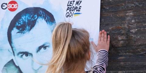Kleines Mädchen vor einem Poster mit einem Foto des inhaftierten Oleg Sentsov, während der Aktion «Free Sentsov» in Kryvyi Rih (Ukraine) am 1. Juni 2018. © Polydeuces / shutterstock.com