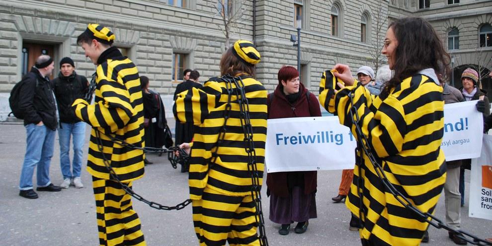 Beinahe tausend Menschen wurden 2018 in der Schweiz wegen Verstosses gegen Artikel 116 des Ausländer- und Integrationsgesetzes (AIG) verurteilt.© AICH