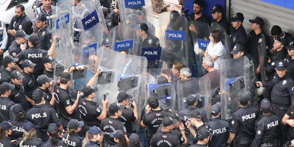 Polizei verhindert das Verlesen eines Statements, das die «Operation Friedensfrühling» kritisiert. Diyarbakır, 20 Oktober 2019 © Bilal Güldem, Mesopotamia Agency
