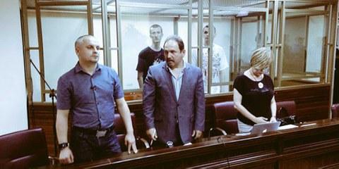 Die Aktivisten Oleg Sentsov und Aleksandr Kolchenko vor Gericht. © Amnesty International