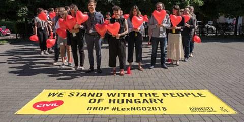 Menschen in ganz Europa solidarisierten sich mit den NGOs und mit Amnesty in Ungarn. © AI