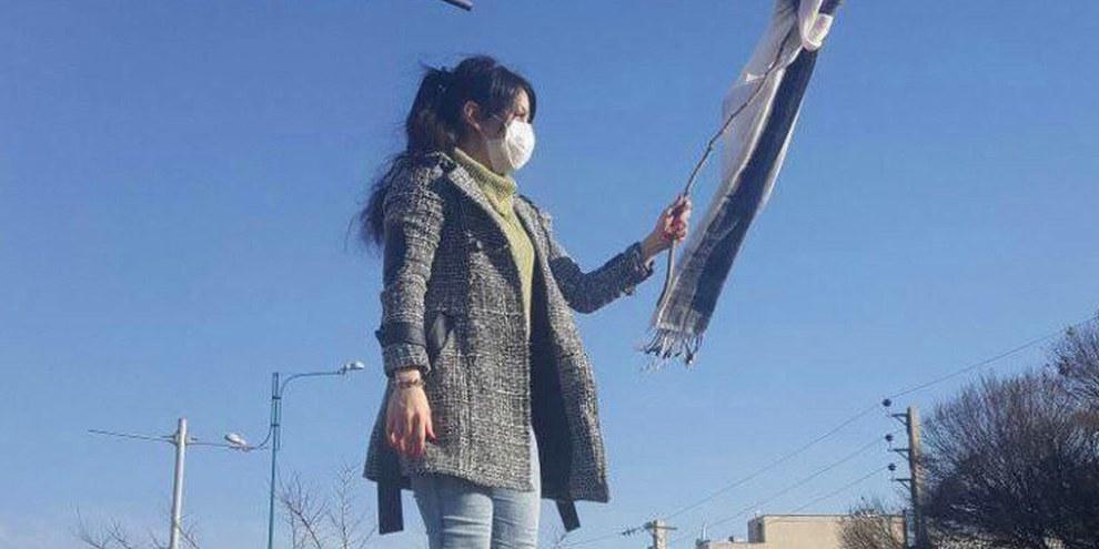 Wie diese junge Frau protestierten viele Frauen gegen die Hijab-Gesetze, indem sie ihr Kopftuch als Fahne an einen Stock binden. © White Wednesdays Campaign