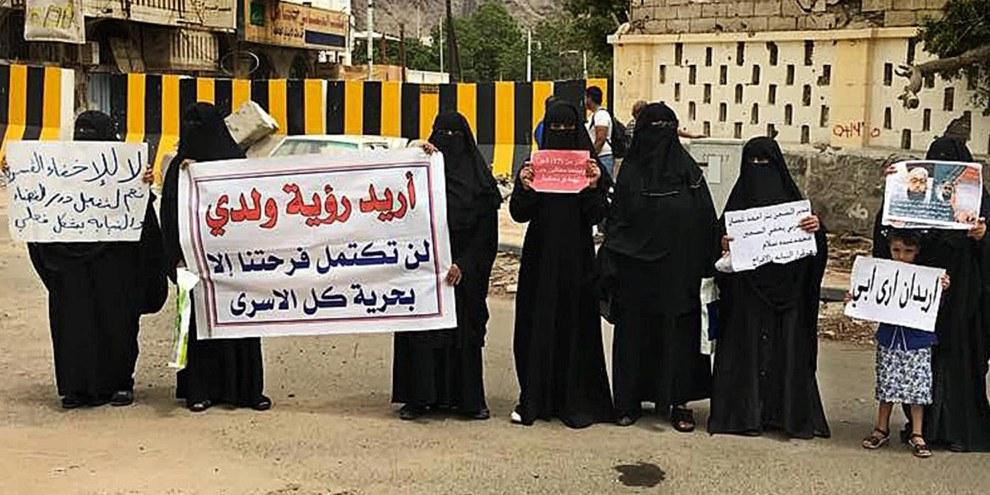 Familienangehörige protestieren gegen die willkürlichen Inhaftierungen vor dem Präsidentenpalast in Aden, Juni 2018 © zvg