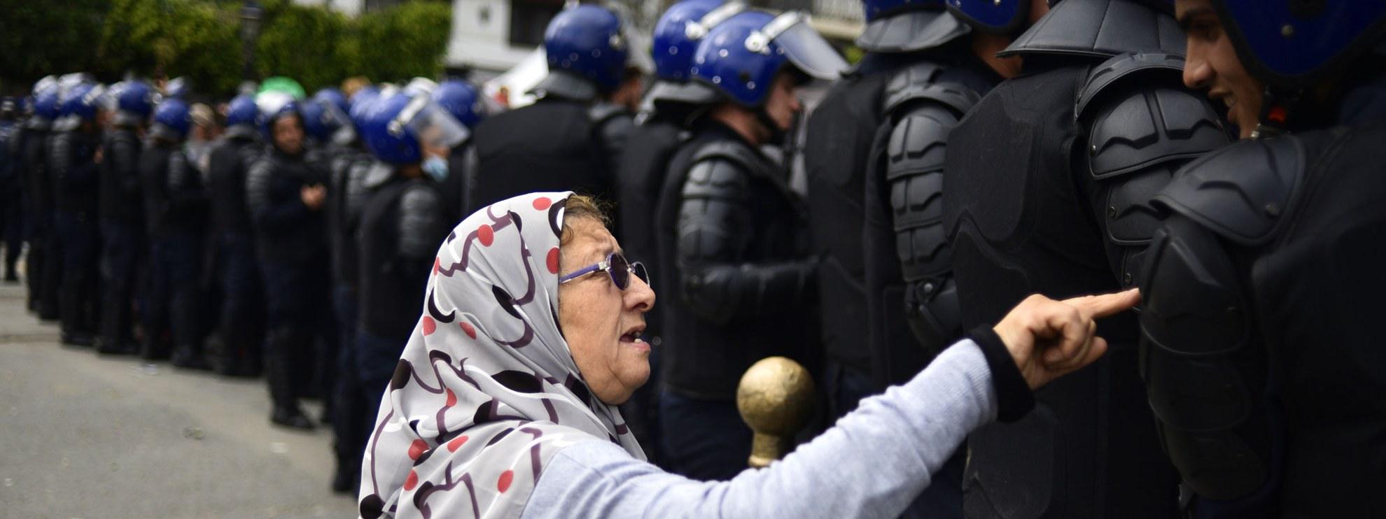 Eine ältere Algerierin spricht mit einem Mitglied der Sicherheitskräfte während einer Demonstration in Algier am 10. April 2019. © Ryad Kramdi/AFP über Getty Images