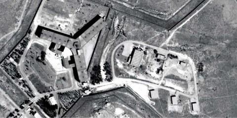 Das Militärgefängnis Saydnaya liegt 30 Kilometer nördlich von Damaskus. Das Gefängnis untersteht dem syrischen Verteidigungsministerium und wird von der Militärpolizei betrieben. Saydnaya gelangte zu trauriger Berühmtheit wegen dem Einsatz von Folter und exzessiver Gewalt nach einem Gefangenenaufstand 2008.   © Digitalglobe 2016