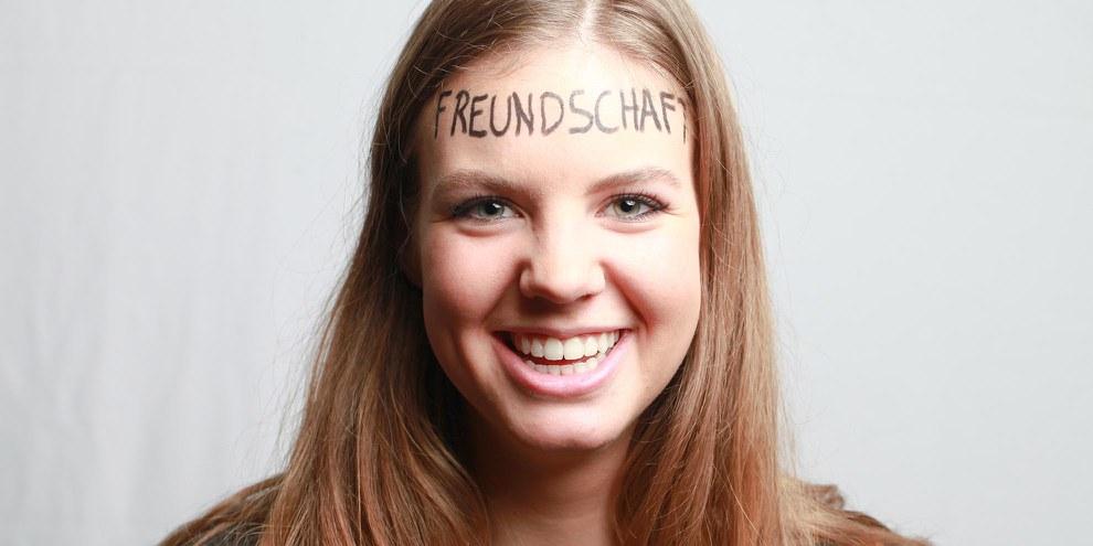 Alessia Atroche mit dem Wort «Freundschaft» auf der Stirn. © Petar Mitrovic
