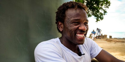 Setzt sich für die Rechte von Flüchtlingen ein: Der sudanesiche Aktivist Abdul Aziz Muhamat in einem Lager auf der zu Papua-Neuguinea gehördenden Insel Manus. © Michael Green