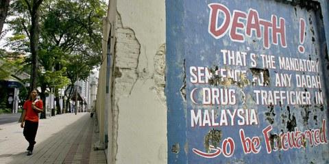 Diese Warnung vor der Todesstrafe für Drogenhandel schmückte die Begrenzungsmauer des historischen Pudu-Gefängniskomplexes in der Innenstadt von Kuala Lumpur, Malaysia. Das Gefängnis wurde 2010 abgerissen. © TENGKU BAHAR/AFP/Getty Images