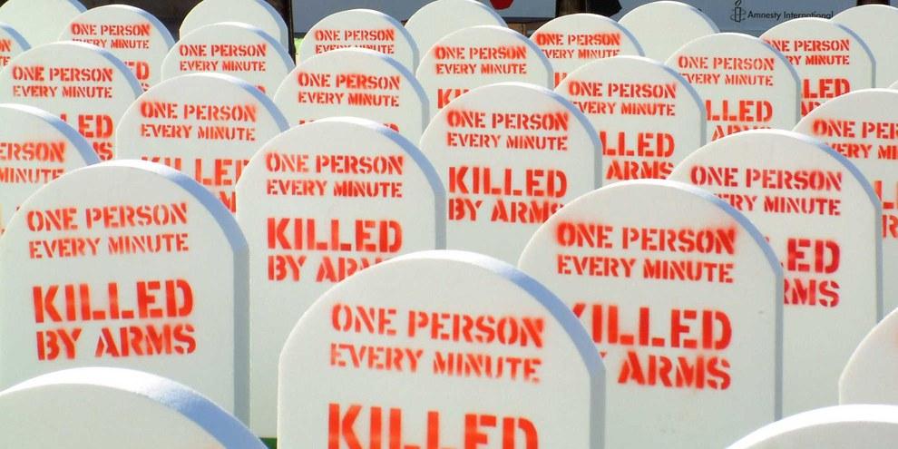 Die weltweite «Control Arms»-Kampagne startete 2012 in London mit einer Art Friedhof mitten auf dem Trafalgar Square. © Amnesty International