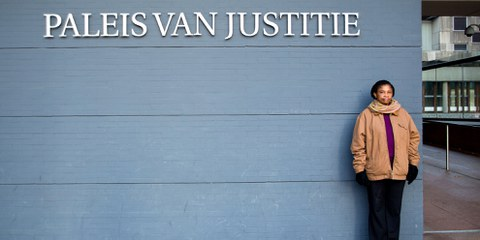 Sie klagt gegen Shell: Esther Kiobel vor dem Bezirksgericht in Den Haag., Februar 2019 © Amnesty International