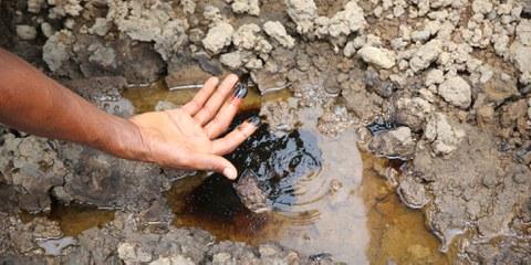 Der Boden beim Bomu Manifold, einer Shell-Einrichtung in Kegbara Dere im Rivers State, Nigeria, ist auch Jahre nach der Ölpest noch kontaminiert. © Amnesty International