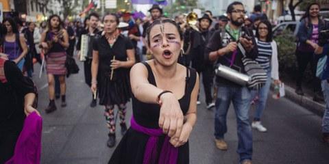 Weltweit setzen sich Frauen und Männer für Frauenrechte und gegen sexuelle Gewalt ein, wie hier in Mexiko am internationalen Tag der Frau. © Sergio Ortiz/Amnesty International