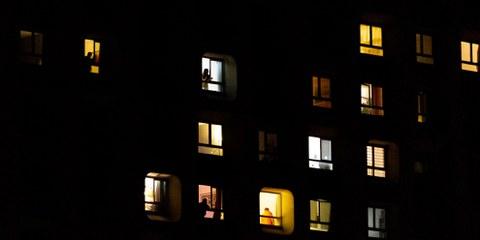 Des gens applaudissent à leur fenêtre pour soutenir le personnel médical, le 18 mars 2020, à Paris, France. © Omar Havana/Getty Images