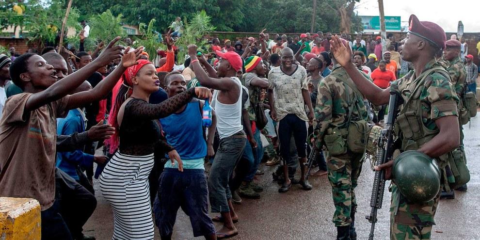 Les forces de sécurité ont inspecté des manifestants à Lilongwe (Malawi) le 16 janvier 2020, lors d'une manifestation visant à dénoncer des tentatives présumées de corruption des juges chargés de superviser une contestation judiciaire de la réélection du président du pays l'année dernière. © Amos GUMULIRA / AFP via Getty Images