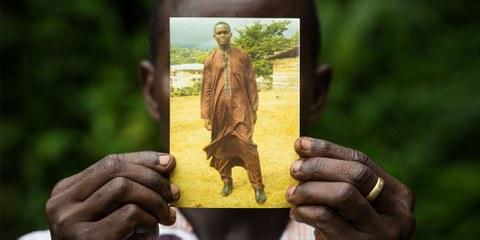 Fomusoh Ivo Feh (Ivo) sur une photo, montrée par son frère © Vincent Tremeau / Amnesty International