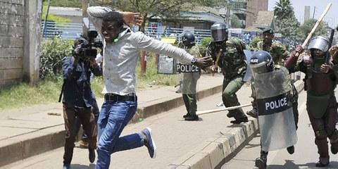 Un homme s'enfuit devant la police durant la manifestation du 26 septembre 2017, qui demandait le retrait de représentants de la commission électorale en raison de manipulations de vote supposées lors des élections présidentielles du 8 août 2017.  © AFP/Getty Images