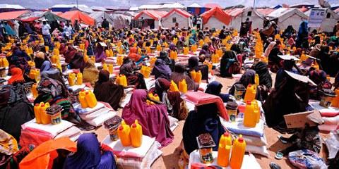 Dadaab, au Kenya, est considéré comme le plus grand camp de réfugiés du monde. Depuis 2016, les réfugiés qui y vivent sont confrontés à des pressions pour retourner en Somalie, où règne pourtant une crise humanitaire. Ici, des personnes déplacées attendent une distribution de nourriture vers Mogadiscio, la capitale somalienne. © MOHAMED ABDIWAHAB/AFP/Getty Images