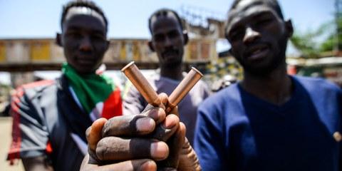 Des Soudanais montrent des douilles de munitions utilisées lors d'une manifestation à Karthoum le 14 mai 2019. © AFP/Getty Images