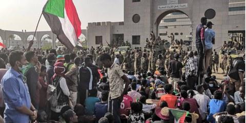 Des manifestants rassemblés à Khartoum, la capitale soudanaise, peu avant l'éviction d'El Béchir© AFP/Getty Images