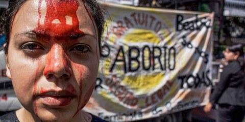 Des défenseures des droits des femmes manifestent contre la criminalisation de l'avortement au Salvador.  © Giles Clarke