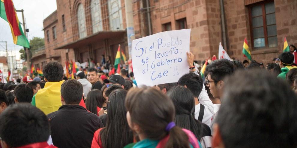 «Si le peuple se soulève, le gouvernement tombe» peut-on lire sur une pancarte lors d'une manifestation contre la réélection d'Evo Morales, en octobre 2019. © Shutterstock/Devin Beaulieu