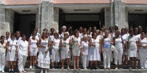 Les dames en blanc, épouses de dissidents politiques détenus à Cuba, manifestent pour la libération de leurs proches à La Havane. © Carlos Serpa Maceira